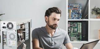 Un homme qui répare un ordinateur